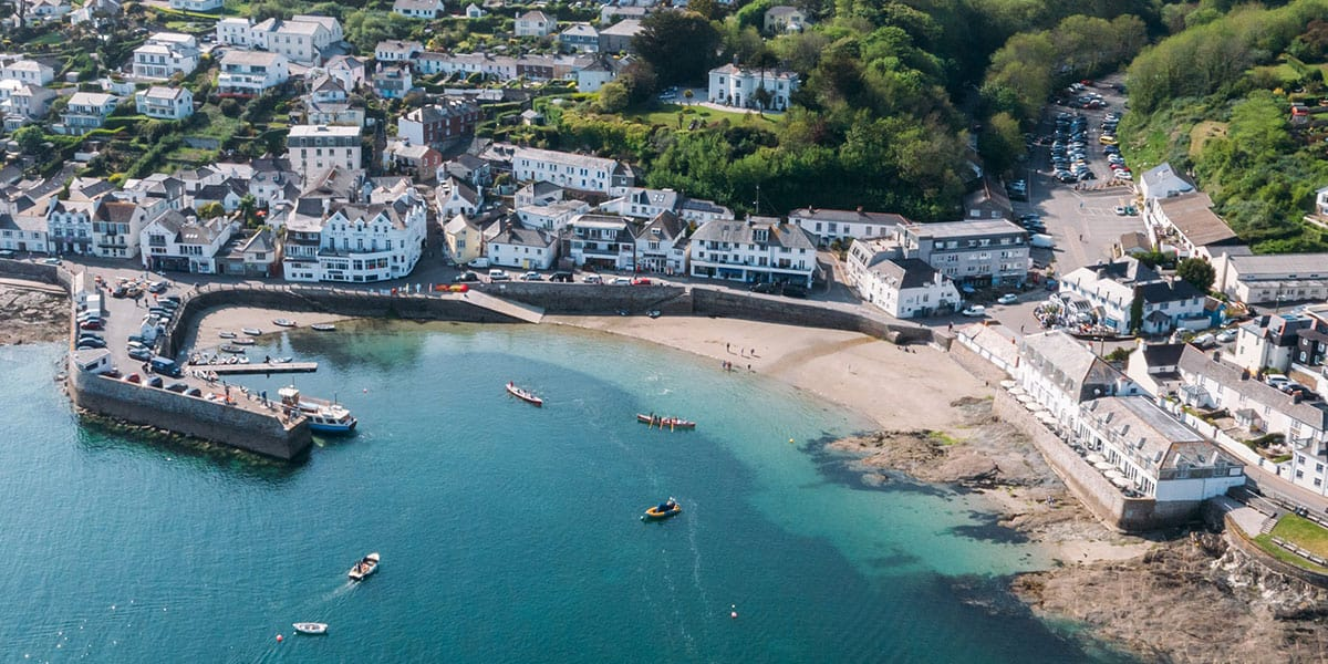 travel-to-st-mawes-24-hours-greenbank-hotel-idles-beach